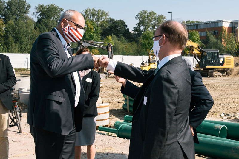 Andreas Bovenschulte, the Mayor of Bremen, and Frank Maier, CTO Lenze SE.